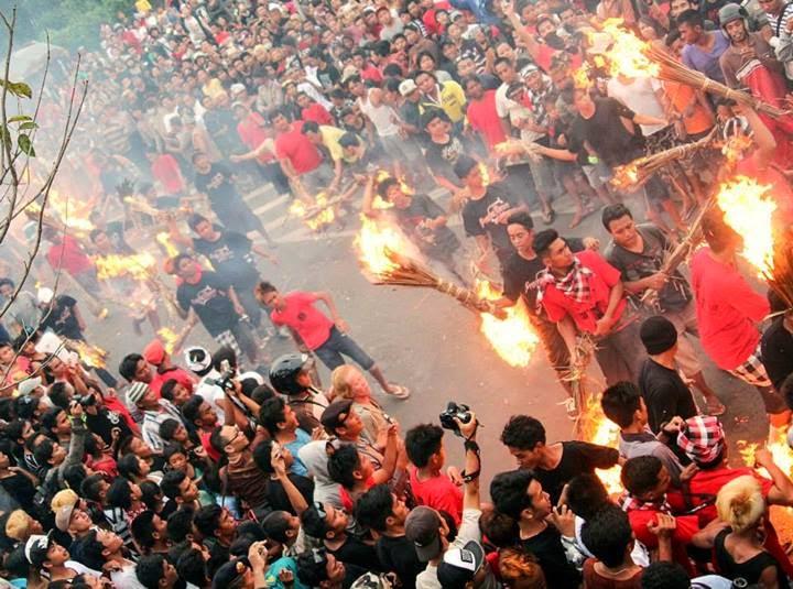 Perang Api saat Festival Ogoh-Ogoh di Kota Mataram