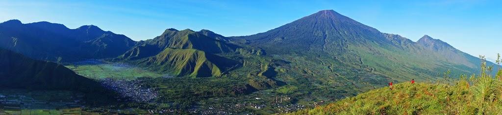 Desa Sembalun dengan background Gunung Rinjani terlihat dari Bukit Pergasingan
